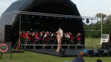 Soprano, Jo Appleby, leading the singing at Uckfield's Picnic Prom, 13 July 2019. Photo: UCB
